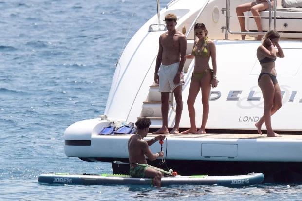 Cặp sao thuê du thuyền Dehia có giá