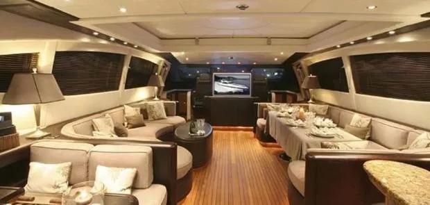 Theo The Sun, du thuyền có 3 phòng ngủ, một phòng khách rộng có thể chứa tối đa 7 khách. Các phòng đều có TV vệ tinh.