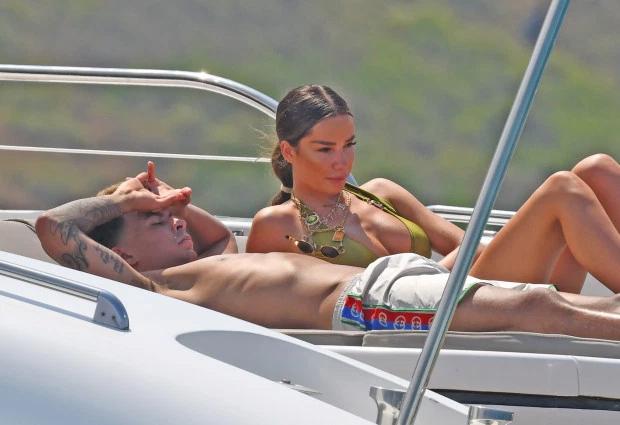 Tiền vệ Tottenham Spurs và người đẹp nằm sưởi nắng thư giãn trên du thuyền.