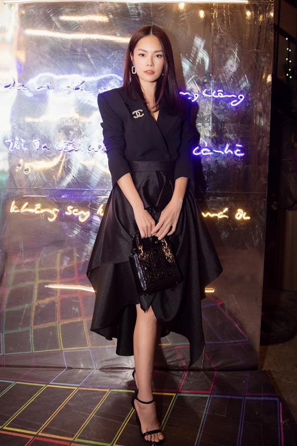 Cô lựa chọn túi xách Dior có giá hơn 4000 USD tệp màu bộ trang phục.