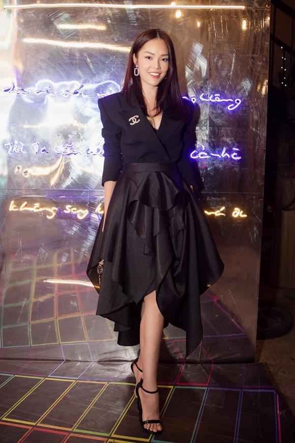 Nữ chính Dương Cẩm Lynh xuất hiện ở sự kiện với nguyên cây đen cá tính, kết hợp áo vest và váy thiết kế cầu kỳ, mái tóc ép suôn thẳng.
