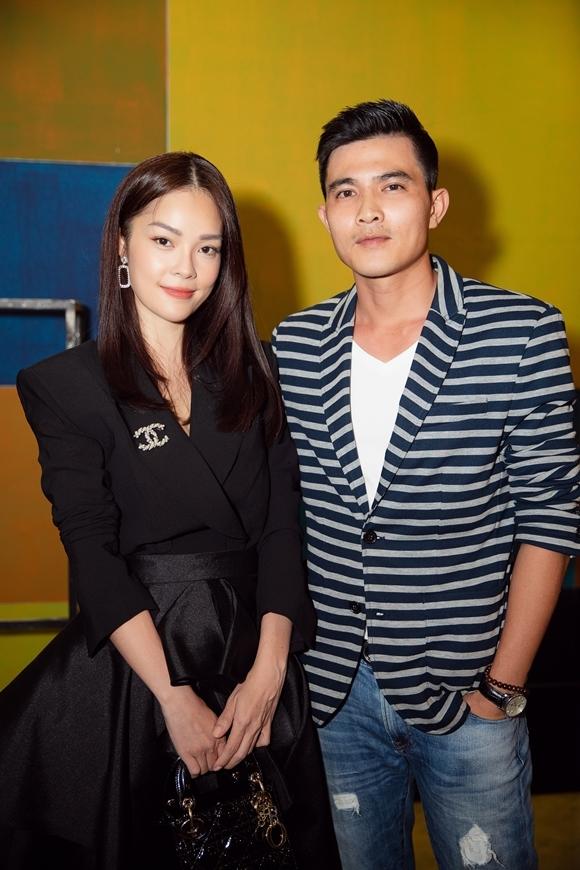 Vui vẻ hội ngộ bạn diễn Quang Sự, cô tiết lộ hai người có nhiều cảnh tình cảm, cảnh hôn trong phim.