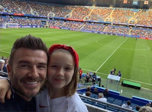 Becks và con gái cưng cổ vũ tuyển nữ Anh tại tứ kết World Cup nữ hôm 27/6.