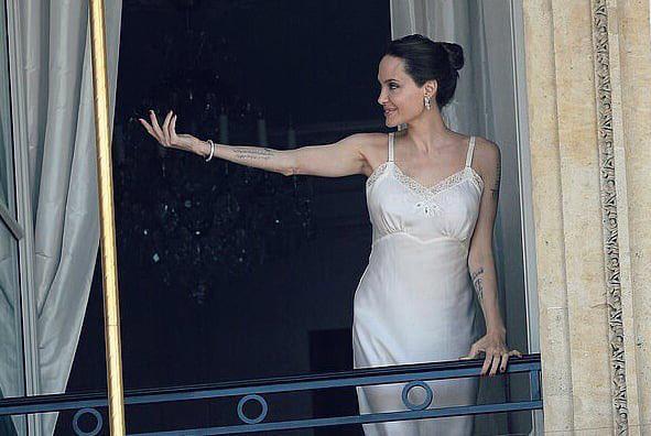Theo ET, Angelina Jolie đang chụp ảnh và ghi hình quảng cáo cho thương hiệu nước hoa Guerlain.