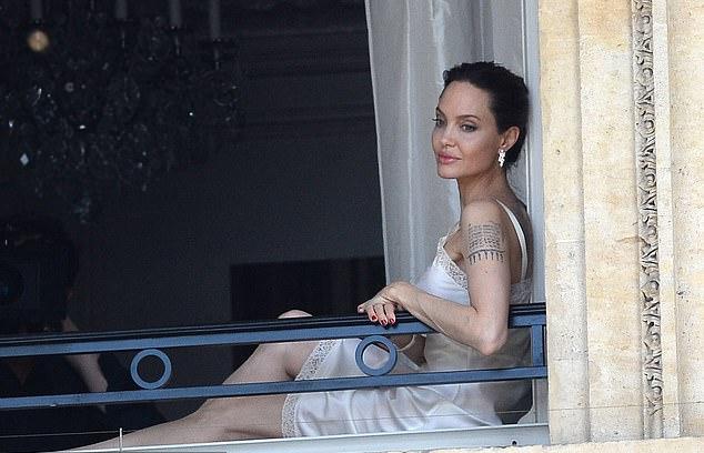 Angelina Jolie mặc váy hai dây thả dáng bên ban công ở Paris - 6