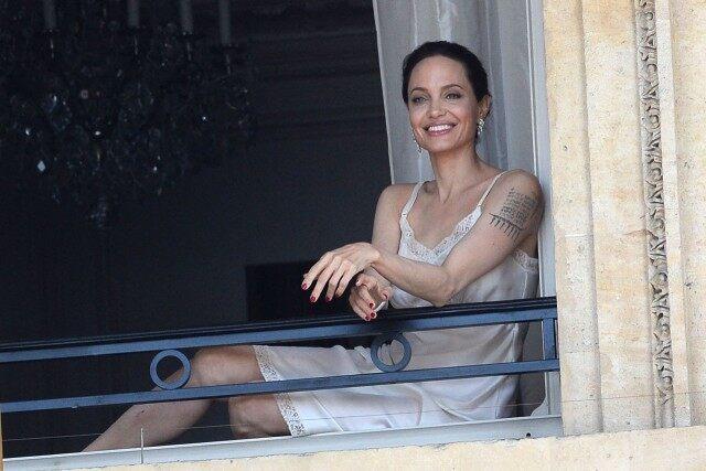 Thuở còn trẻ, Jolie từng nhiều lần chụp ảnh khỏa thân hoặc khoe da thịt táo bạo nhưng cô đổi hẳn phong cách sau khi có con.