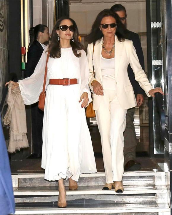 Sau buổi chụp hình, Angelina gặp mẹ đỡ đầu của cô là nữ diễn viên người Anh, Jacqueline Bisset (bên phải).