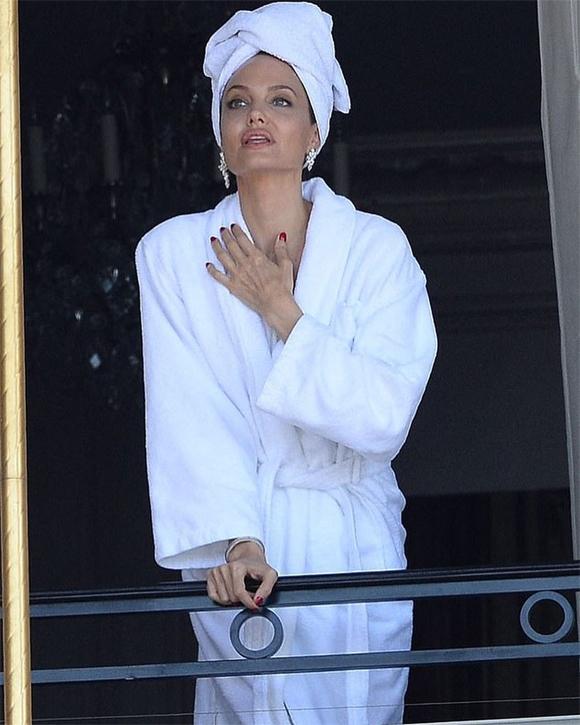 Angelina Jolie mặc váy hai dây thả dáng bên ban công ở Paris - 8