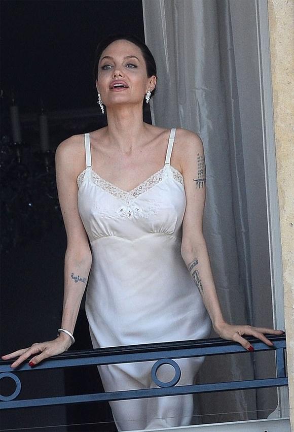 Angelina Jolie tạo dáng trên ban công một tòa nhà ở Paris, Pháp hôm 8/7.