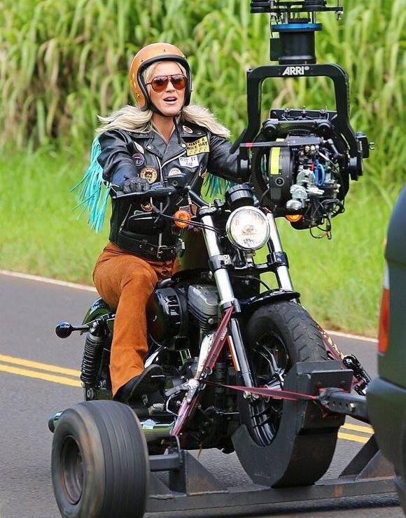 Katy Perry phóng mô tô quay MV ở Hawaii hôm 7/7.