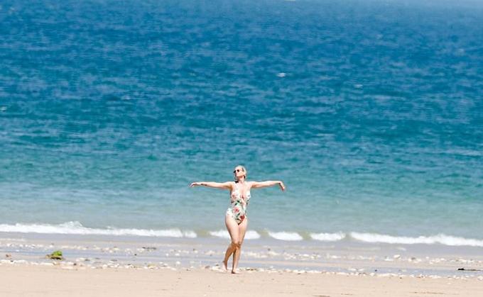 Katy Perry lộ bụng to khi đi tắm biển với Orlando Bloom - 4