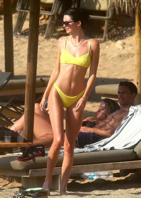 Kendall Jenner khiến anh chàng ngẩn ngơ khi thả dáng trên bãi biển hôm 7/7.