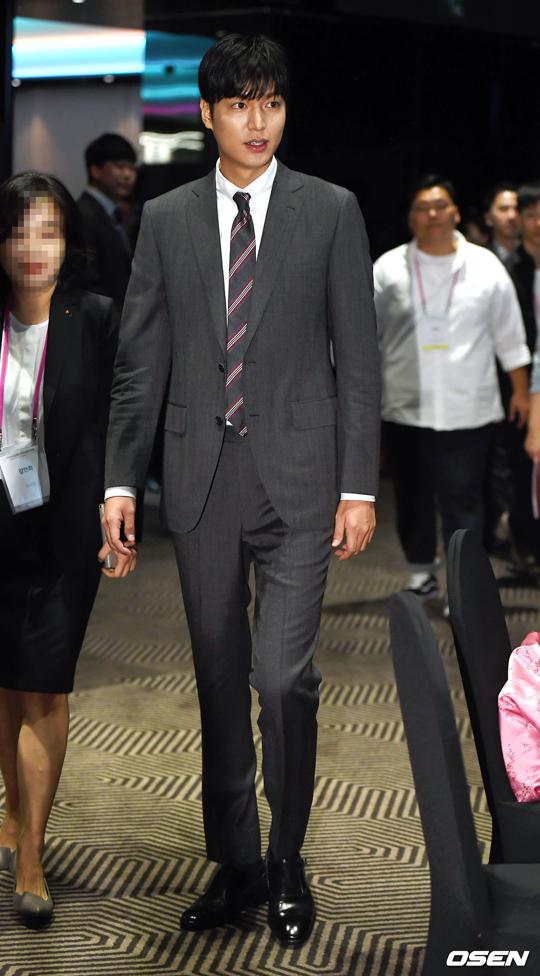 Nam diễn viên Lee Min Ho dự một sự kiện văn hóa hôm 9/7 tại Seoul. Bộ vest bảnh bao giúp ngôi sao Hàn trông lịch lãm. So với thời gian vừa xuất ngũ, Lee Min Ho trông gầy hơn, dường như anh đã tích cực giảm cân để tái xuất màn ảnh.