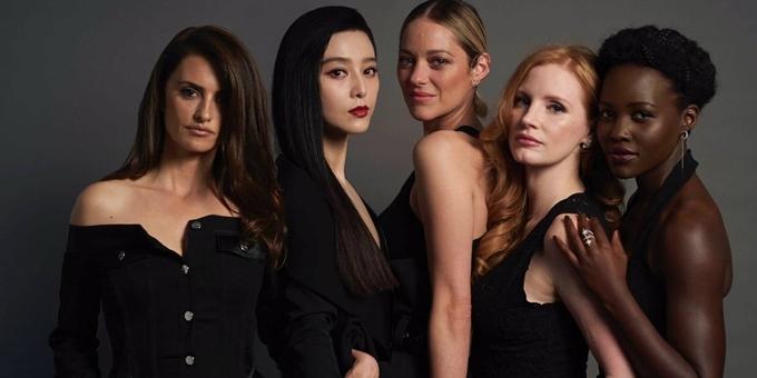 Phạm Băng Băng (thứ hai từ trái sang) cùng các bạn diễn của phim 355.