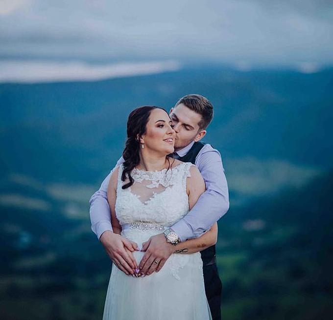 Cô dâu chú rể bị chỉ trích vì tạo dáng nhạy cảm trong ảnh cưới - 2