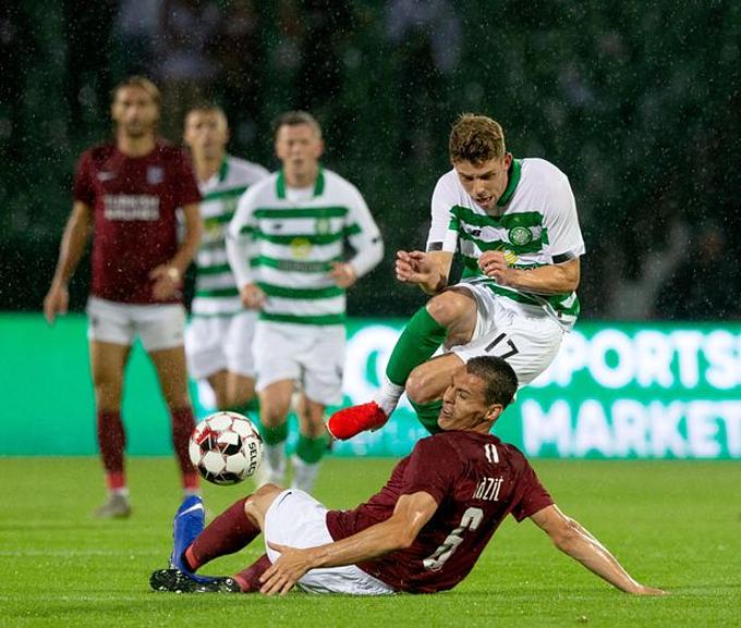 CLB Sarajevo (mặc áo màu bã trầu) trong trận đấu với Celtic.
