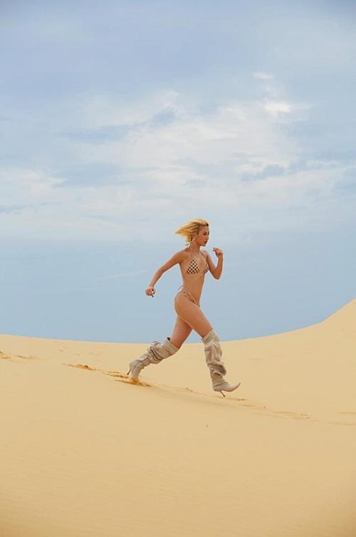 Trên Instagram cá nhân, Quỳnh Anh Shyn gây chú ý khi đăng tải những bức ảnh chụp trên đồi cát. Cômặc bikini hai mảnh, đi đôi boots hầm hố.