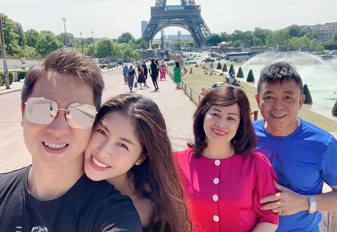 Vợ chồng Đăng Khôi cùng bố mẹ anh dạo chơi ở Paris - thủ đô nước Pháp. Chuyến đi này nhằm kỷ niệm sinh nhật của Thủy Anh.