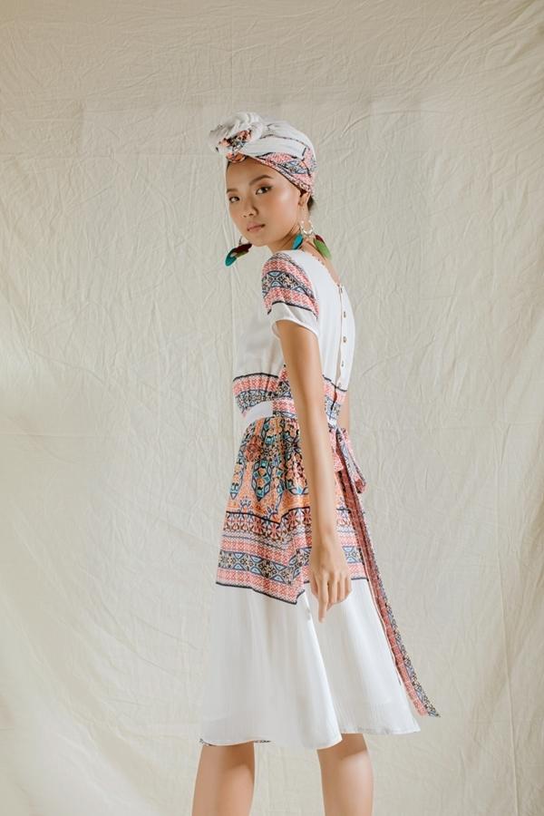 Người mẫu Rosa Vũ thể hiện bộ sưu tập. Phong cách du mục (bohemian) lấy cảm hứng từ những người dân du mục châu Âu, đề cao sự phóng khoáng và tự do.