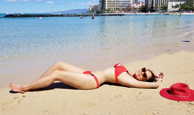 Nữ ca sĩ diện bikini nằm dài trên cát, khoe thân hình nóng bỏng ở tuổi 46.