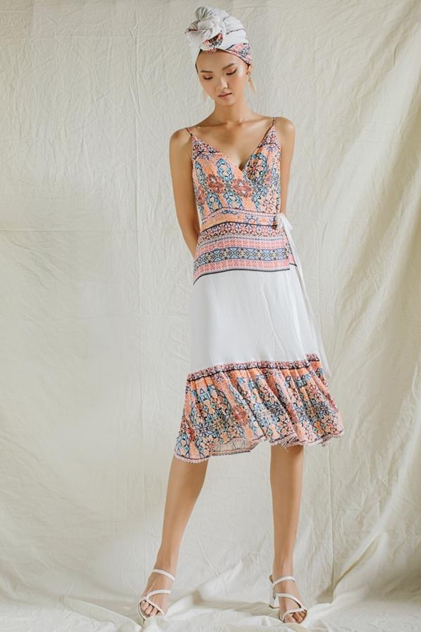 Thiết kế hai dây cắt may trên nền chất liệu vải lanh, cotton,... mang đến vẻ bay bổng, thoải mái trong những ngày hè.