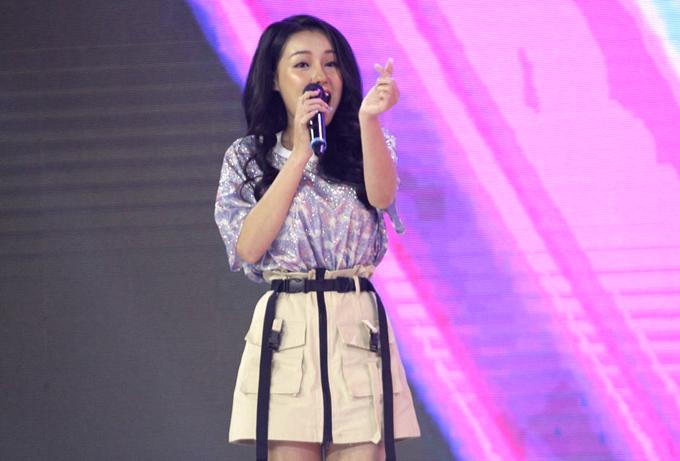 [Caption] Một trong 4 người chơi tham gia hỗ trợ cho 2 đội trưởng trong tuần này là Võ Thị Ngọc Ngân, còn được biết đến với biệt danh Ngân 98 và là bạn gái cũ của Lương Bằng Quang. Cô nàng tự tin khoe giọng hát ngọt ngào với ca khúc hit của Văn Mai Hương -