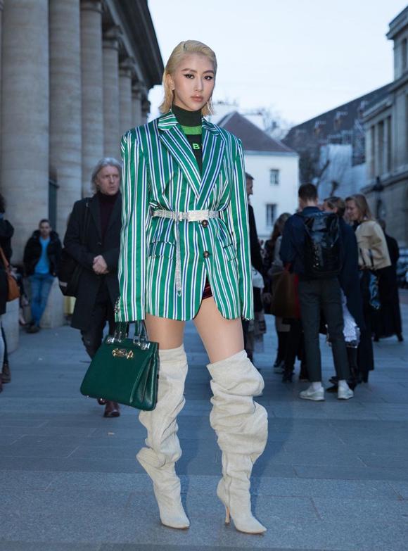 Cũng trong chuyến đi này, fashionista mix món phụ kiện độc đáo cùng blazer kẻ sọc xanh lá.