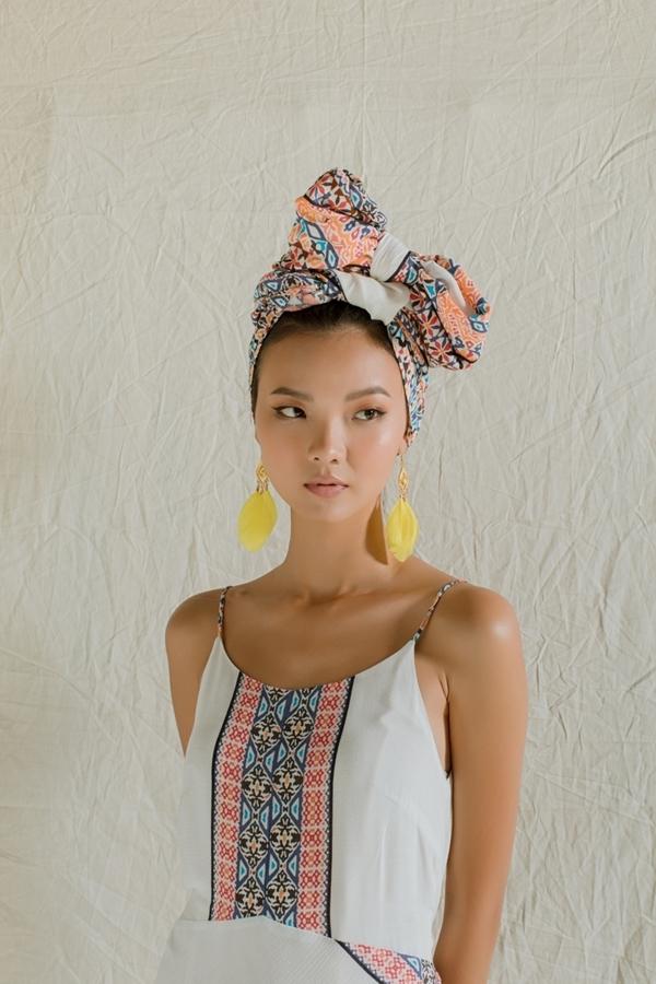 Nhà thiết kế gợi ý nhiều phụ kiện màu sắc rực rỡ, đậm nét du mục như: hoa tai lông vũ, vòng đeo tay, nhẫn.