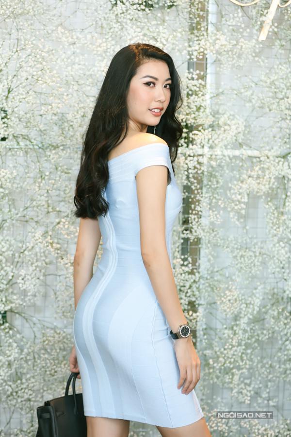 Á hậu Thúy Vân khoe đường cong với váy ôm.