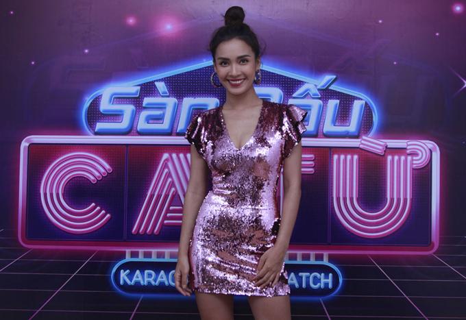Ca sĩ Ái Phương khoe dáng với váy ánh kim ngắn, bó sát cơ thể.