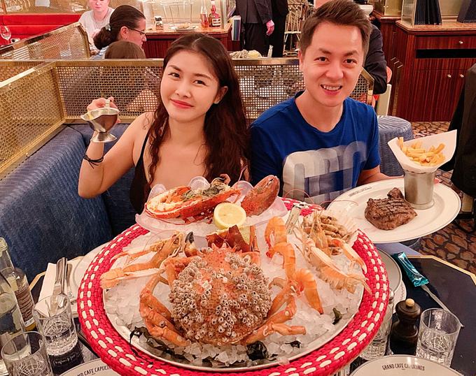 Gia đình Đăng Khôi thưởng thức bữa ăn sang chảnh tại một nhà hàng với cua hoàng đế, tôm hùm...