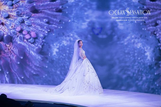 Vedette Minh Tú xuất hiện trong bộ váy cưới lộng lẫy để kết màn cho Đỗ Long.