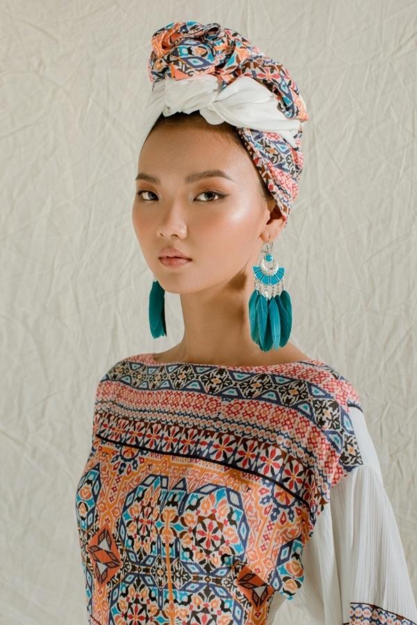 Rosa Vũ gây ấn tượng với khăn quấn đầu theo phong cách người Ấn. Nữ người mẫu chọn phong cách trang điểm tông nude tự nhiên, làm nổi bật tinh thần bộ sưu tập.