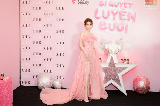 Cuối tuần qua,lễ ra mắt sản phẩm làm đẹp Ngọc Nhũ Nương doNgọc Trinh làm đại diện diễn tại Lotte Hotel, 54 Liễu Giai, Ba Đình, Hà Nội.