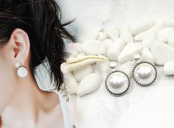 Bông tai Double Pearl Lamour màu trắng, bo viền sọc đen mang đến vẻ quý phái cho bạn gái, có thể phối với nhiều trang phục đi làm, dự tiệc. Giá sản phẩm giảm còn 94.000 đồng (giá gốc 148.000 đồng).