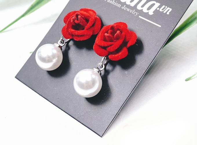 Sự kết hợp giữa hoa hồng đỏ và ngọc trai trắng tinh khôi tạo nên vẻ đẹp mê hoặc. Lấy ý tưởng từ đó, Tatiana đã tạo ra đôi khoen tai vải đính đá lấp lánh, phù hợp cho bạn gái ưa chuộng phong cách cổ điển song vẫn cá tính. Giá ưu đãi: 73.000 đồng (giá gốc 73.000 đồng).
