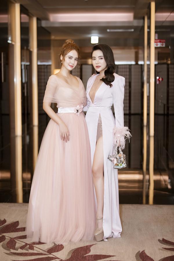 Diễn viên Phan Minh Huyền hóa nàng công chúangọt ngào vớichiếcđầm hồng thướt tha, trong khiStella Chang cá tính với đầm xẻ cao.