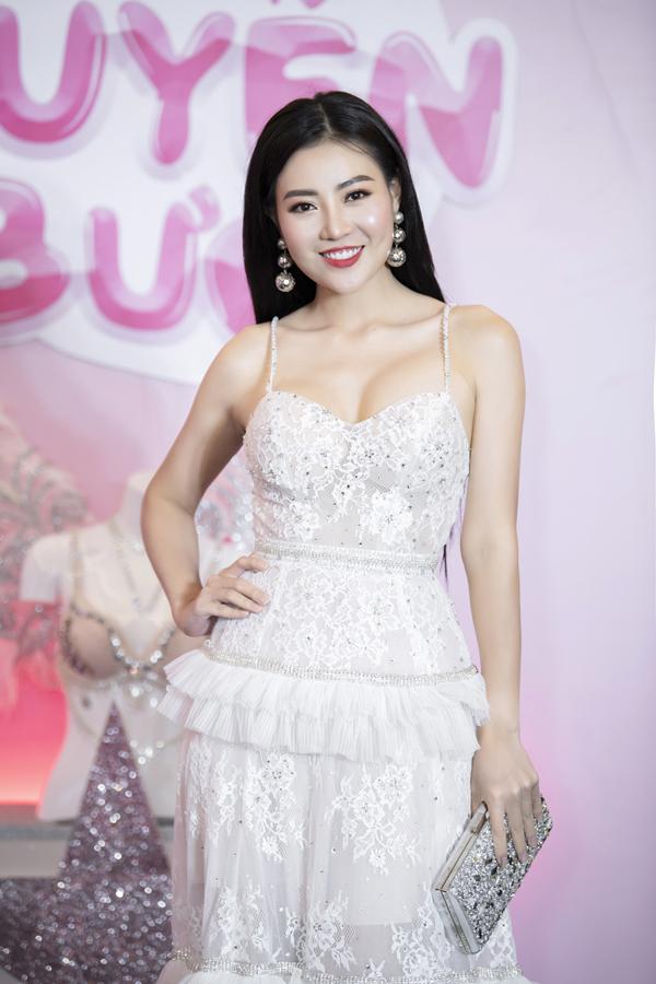 Diễn viên Thanh Hương tươi tắn diện đầm hai dây tôn vòng ngực.