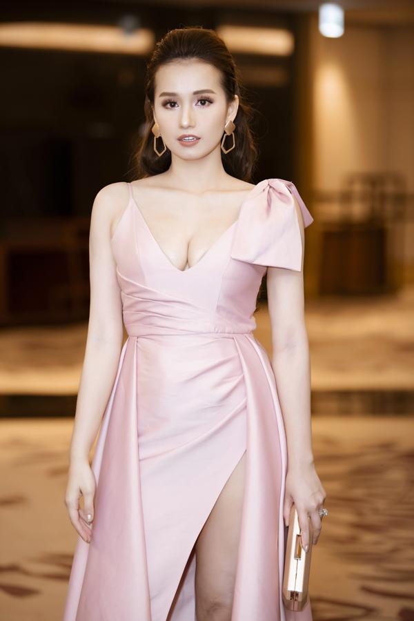 Người đẹp Lã Thanh Huyền diễn đầm hai dây trễ nải. Ở tuổi ngoài 30, bà mẹ một con vẫn sở hữu nhan sắc trẻ trung và vóc dáng gợi cảm.