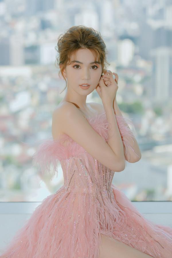 Người đẹp Trà Vinh khoe vóc dáng quyến rũ trong chiếc đầm thiết kế của Lê Thanh Hòa, hợp với concept chương trình.