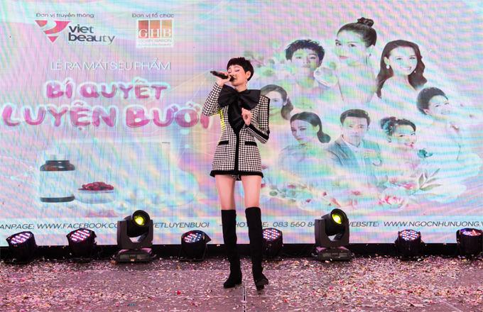 Ca sĩ Hiền Hồ cũngcó mặt tại sự kiện, gửi đến khách mời những bản hit mới ra mắt.
