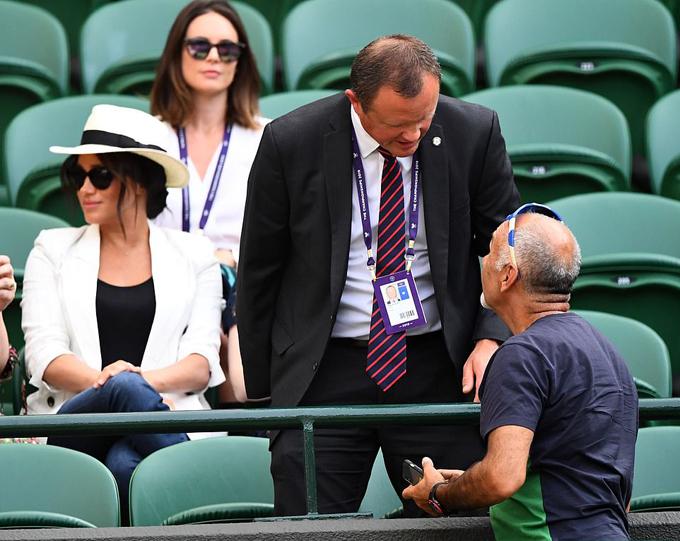 Nhân viên cung điện kiêm vệ sĩ của Meghan nhắc nhở người hâm mộ không được chụp ảnh Nữ công tước xứ Sussex hôm 4/7. Ảnh: PA.