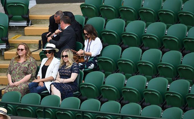 Chỗ ngồi xung quanh Meghan đều bị bỏ trống tại trận đấu giữa Serena Williams và Kaja Juvan hôm 4/7. Ảnh: PA.