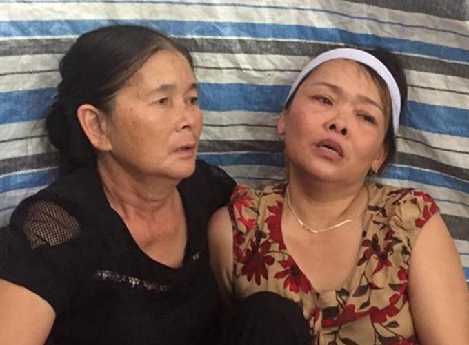 Bà Nguyệt (bên phải) đau đớn trước sự ra đi của con gái. Ảnh: H.L