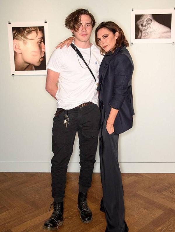 Brooklyn và mẹ Vic tại triển lãm ảnh của anh.
