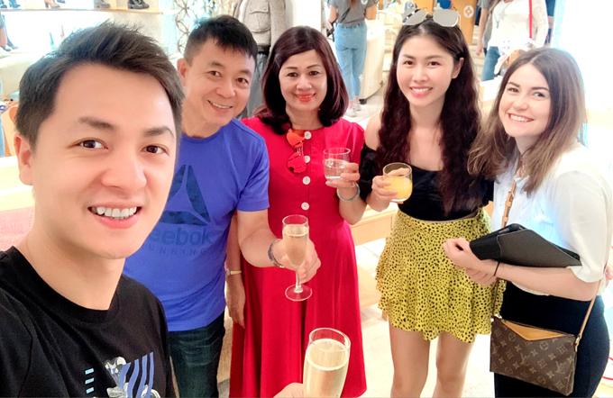 Bố mẹ Đăng Khôi nâng ly uống cùng hai con và một người bạn nước ngoài.