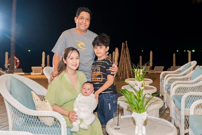 Vợ chồng Đức Thịnh - Thanh Thúy bên hai con trai.