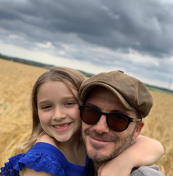 Trên trang cá nhân, Becks chia sẻ hai bức ảnh chụp thân thiết bên con gái cưng nhân ngày sinh nhật cô bé. Khoảnh khắc hai bố con ôm nhau giữa cánh đồng thu hút gần 500.000 lượt like sau một giờ đăng tải.
