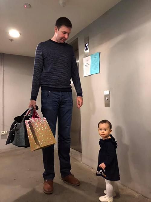 Lan Phương tiết lộ bé Lina sở hữu đôi chân dài giống bố. Nhờ chiều cao vượt trội này mà mỗi lần đi mua sắm, khán giả chưa nhận ra Lan Phương đã nhận ra ngay chồng cô. Bà mẹ một con phải công nhận: Chiều cao của anh ý thật quá sức ấn tượng mà.