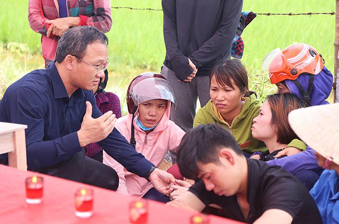 Ông Khuất Việt Hùng (ngoài cùng bên trái), động viên gia đình các nạn nhân. Ảnh: Hùng Lê